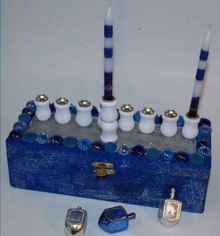 8445B_o_01299_elegant_blue_menorah_candleholder_combo_Seite_1
