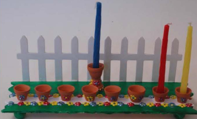8446B_o_01298_garden_scene_menorahs_Seite_1